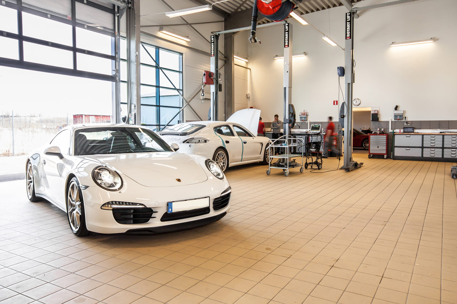Modul-System showroom met Ferraris